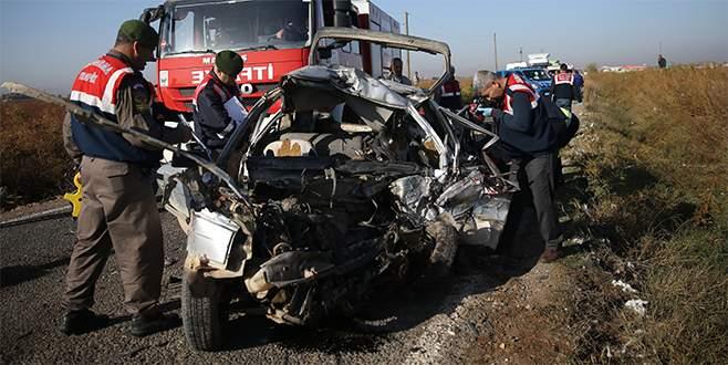 İşçi servisiyle otomobil çarpıştı: 2 ölü, 18 yaralı
