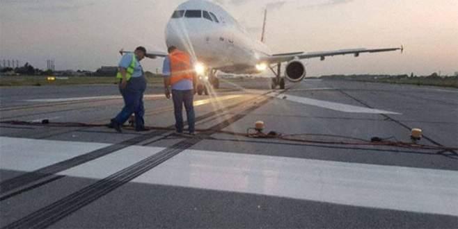 Öpücük kavgası uçağı pist başından döndürdü