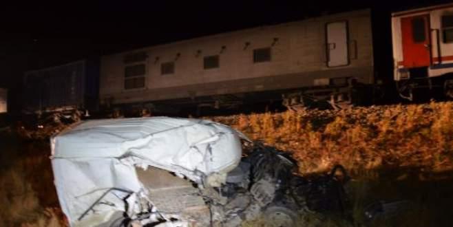 Tren, hemzemin geçitte minibüse çarptı: 2 ölü, 2 yaralı