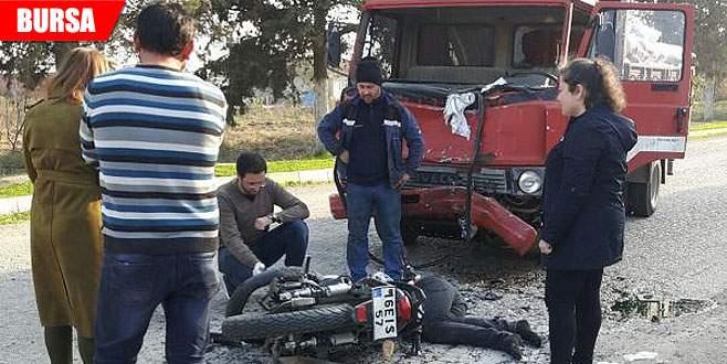 Kamyon ile motosiklet çarpıştı: 2 yaralı