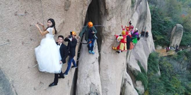 Çılgın çift, düğün fotoğrafları için dağa tırmandı