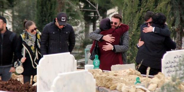 Mezarda hüngür hüngür ağlayan kardeşler, babalarının mirasını reddetti