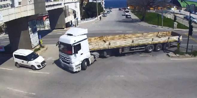 Bursa'daki kazalar MOBESE kameralarına böyle yansıdı