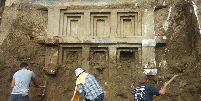 2 bin 400 yıllık kaya mezarı bulundu