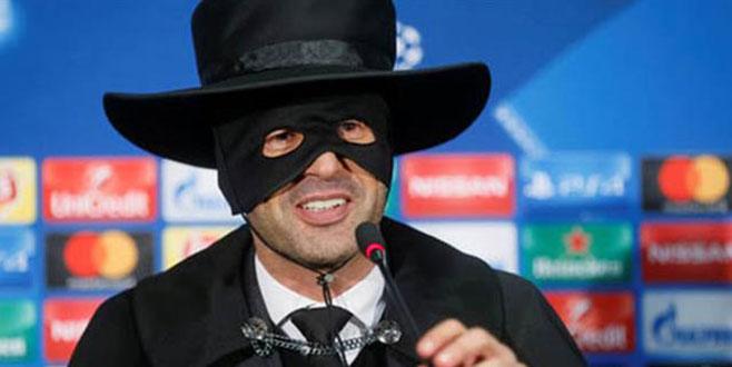 Basın toplantısına Zorro kıyafetiyle geldi