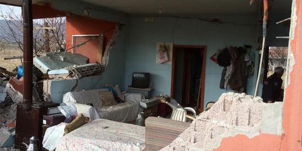 Sıkışan gaz bomba gibi patladı, ev harabeye döndü