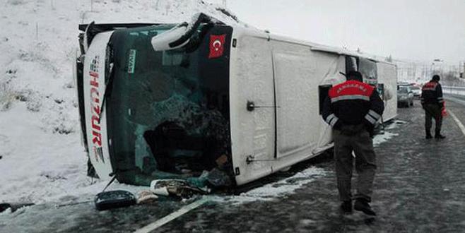 Yolcu otobüsü devrildi: 1 ölü, 21 yaralı