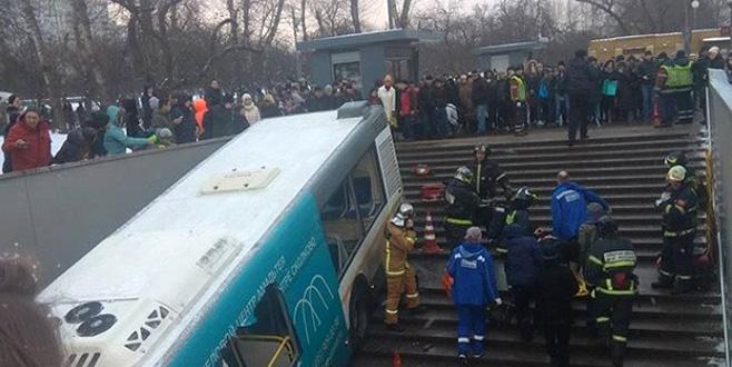 Moskova'da otobüs yaya geçidine girdi: 5 ölü