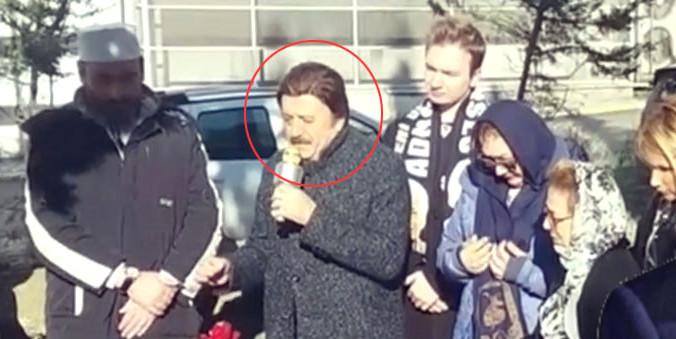 Mikrofonu aldı, mezarı başında Kur'an okudu