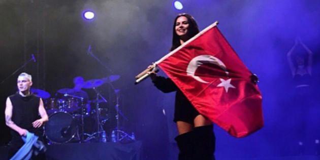 Dünyaca ünlü şarkıcı yeni yılı Türk bayraklı fotoğrafla kutladı!