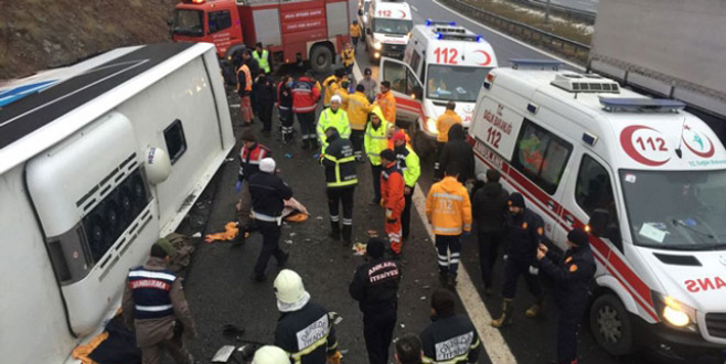 Yolcu otobüsü devrildi: 2 ölü, 20 yaralı