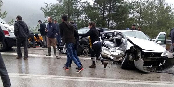2 otomobil çarpıştı: 1 ölü, 5 yaralı