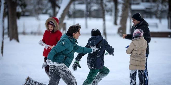 Çocuklar, yarıyıl tatilinde kar topu oynamaya hazır olun