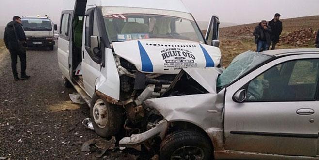 Öğrencileri taşıyan minibüs ile otomobil çarpıştı: 12'si öğrenci 16 yaralı