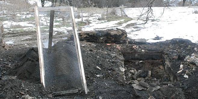 5 kişilik ailenin cesetleri kum elekleriyle aranıyor