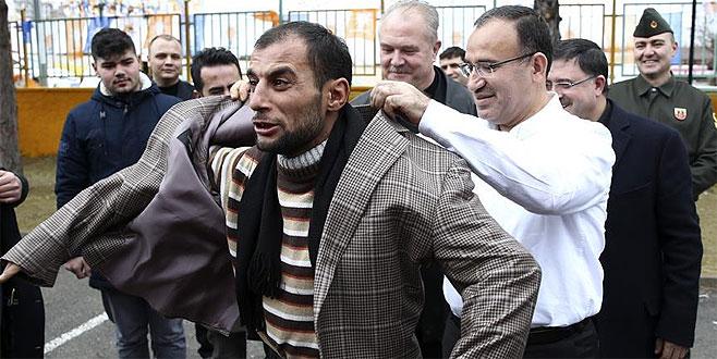Bozdağ, üşüdüğünü söyleyen vatandaşa ceketini verdi