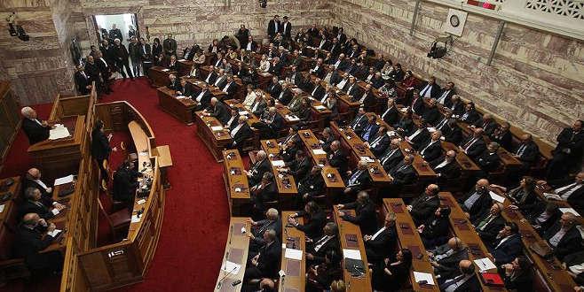 Yunanistan'da yeni 'kemer sıkma' önlemleri meclisten geçti