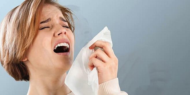 Hapşırırken boğazı yırtıldı