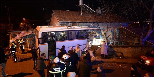 İşçi servisi eve çarptı: 4 ölü, 2 yaralı