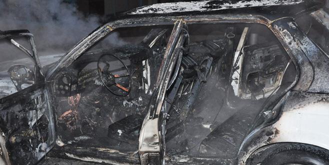 Bursa'da seyir halindeki otomobil alev alev yandı