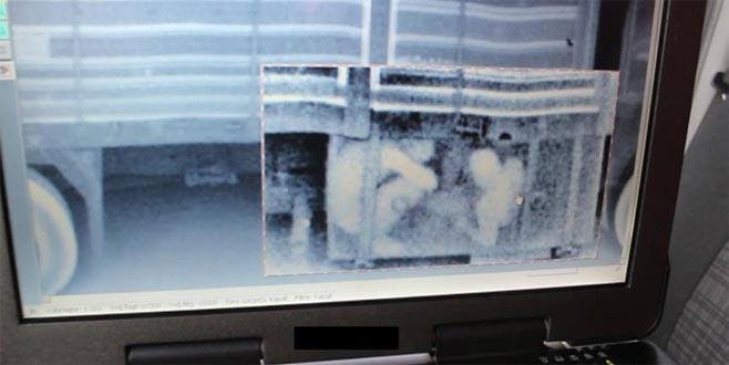 Kamyonun yakıt deposunda 2 Suriyeli yakalandı