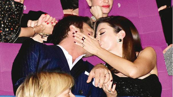 Öpücüklü kutlama! Kimseye aldırmadılar..