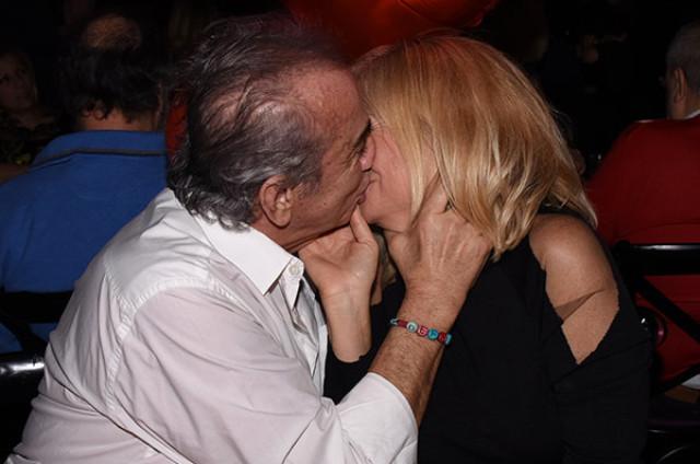 Bitmeyen aşk! Ünlü çift birbirini öpmeye doyamadı