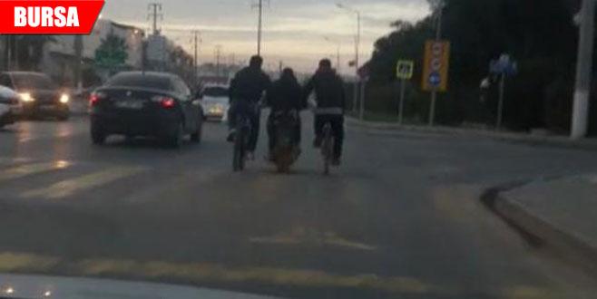 Trafikte inanılmaz görüntü! Bisiklet sürmekten yorulunca…