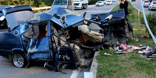 Korkunç kaza! Araç ikiye bölündü
