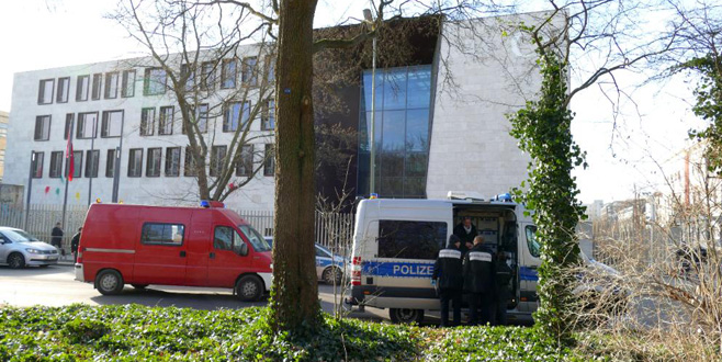 Almanya'daki TürkBüyükelçiliği'ne saldırdı
