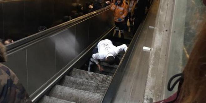 Metroda yürüyen merdiven çöktü!