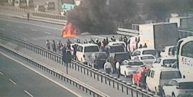 TEM'de araç yangını, trafik tamamen durdu
