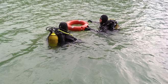 Baraj gölünde alabora olan teknede kaybolan kişi bulunamadı