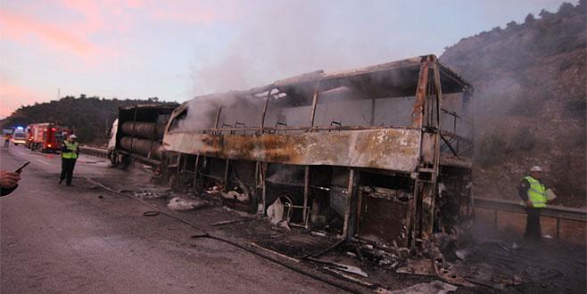 TIR'a çarpan yolcu otobüsü yandı: 13 ölü