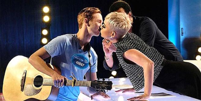 Muhafazakar gençten 'Beni neden öptün?' tepkisi!