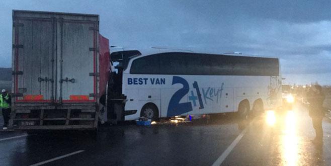 Feci kaza! Yolcu otobüsüyle kamyon çarpıştı
