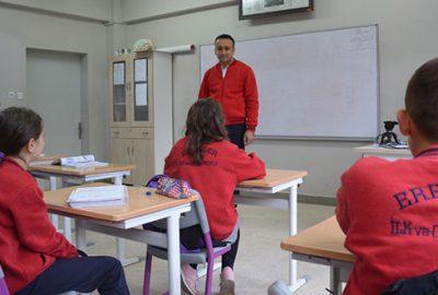 Müdür, öğrencilerle empati için okula forma ile geliyor