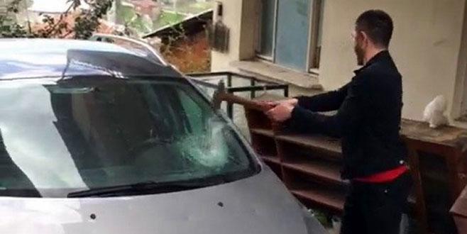 Arkadaşına kızdı, aracını çekiçle parçaladı