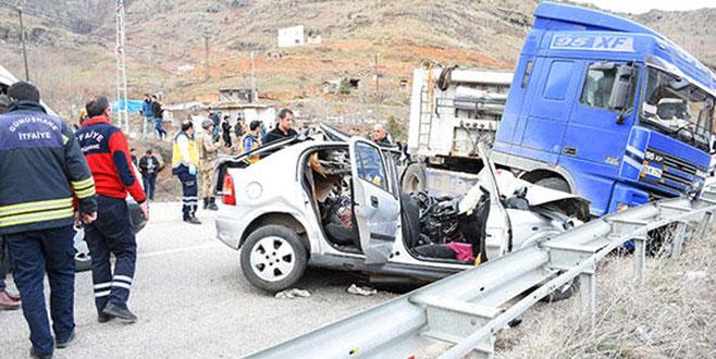 TIR ile otomobil çarpıştı: 3 ölü, 1 yaralı