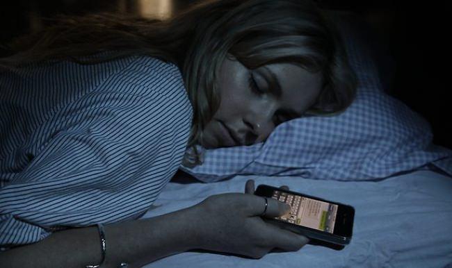 Akıllı telefonlarla yatağa girenlere kötü haber
