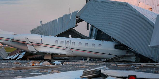 Uçaklar, enkazın altında kaldı