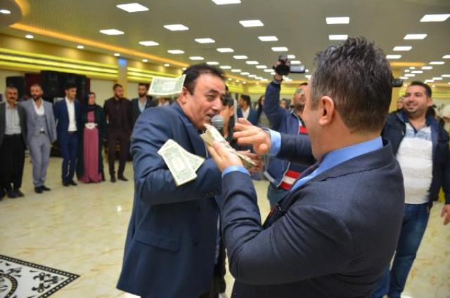 Mahmut Tuncer'le eğlendiler! Aşiret düğününde dolarlar havada uçuştu