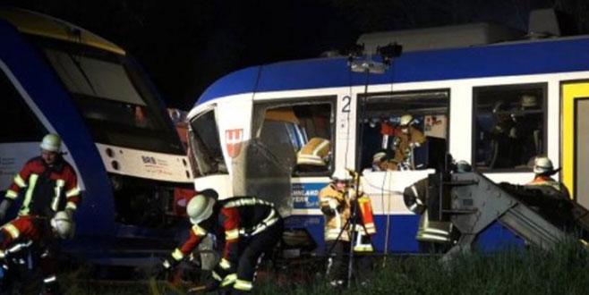 Almanya'da trenler çarpıştı
