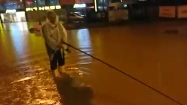 Yol göle dönünce oltasını alıp dışarı çıktı