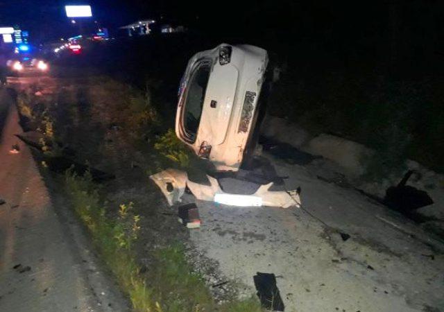 Otomobil, yola fırlayan eşeğe çarpıp su kanalına devrildi!