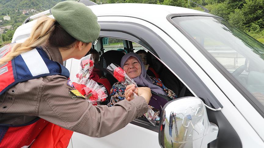 Jandarmadan annelere çiçekli kutlama