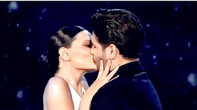 Ünlü çift canlı yayında birbirlerini öpücük yağmuruna tuttu