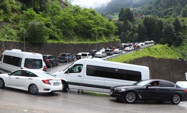Binlerce kişi akın etti! Araç kuyruğu 10 kilometre…