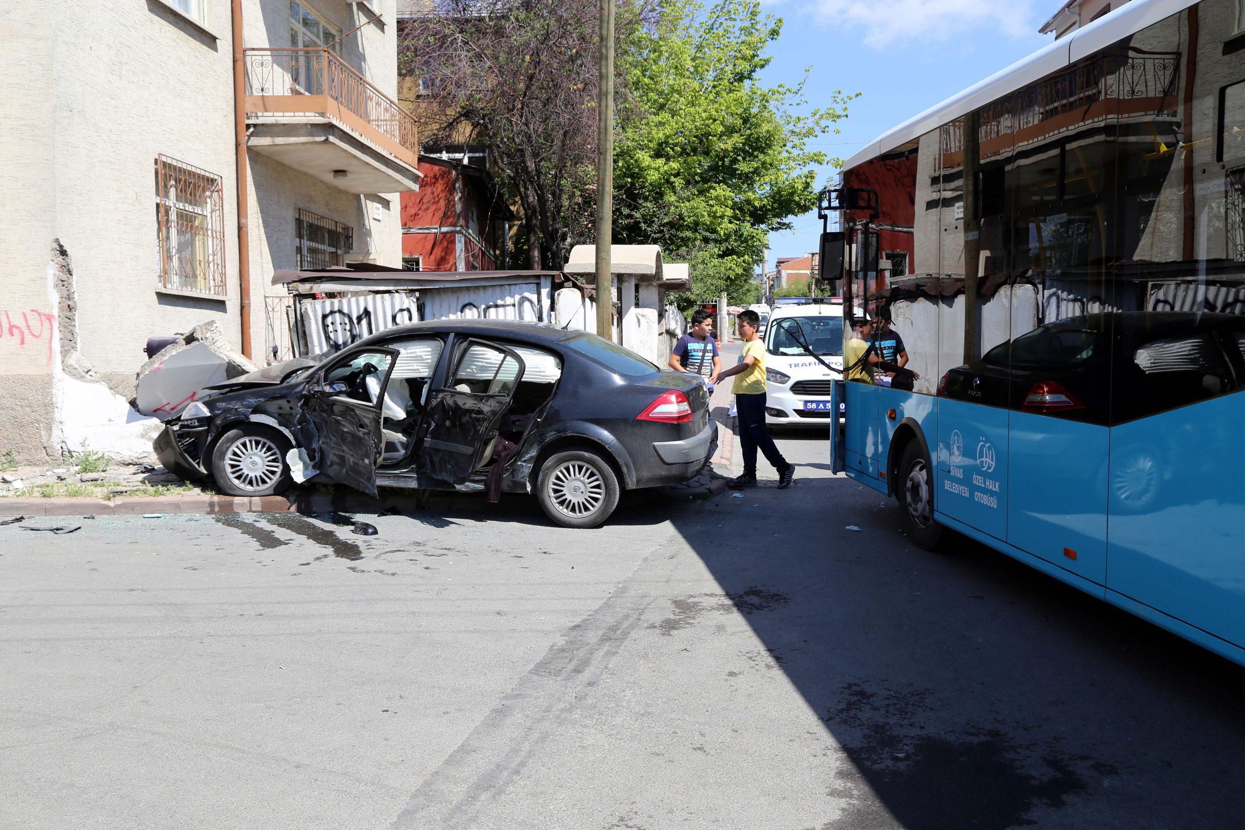 Sınava yetişmek isterken kaza yaptılar