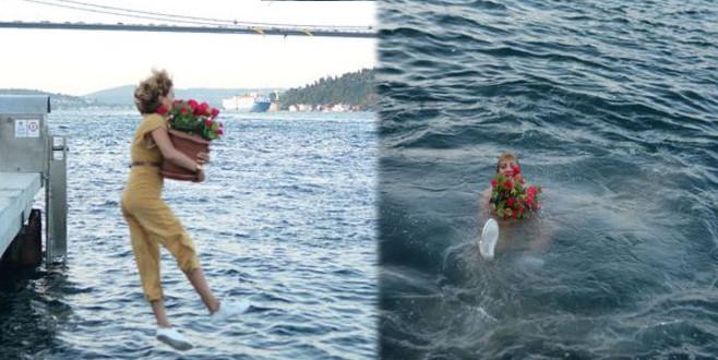 Elinde çiçekle Boğaz'a atladı!